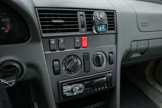 Klíma nincs, van helyette szagosító és új rádió