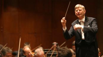 Heti hat napot dolgozik a világ egyik legidősebb és legelfoglaltabb karmestere