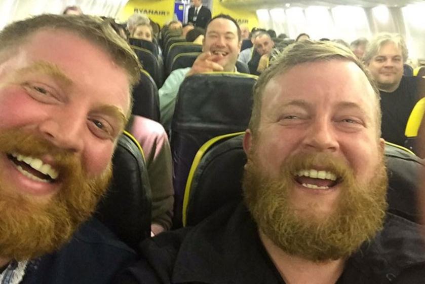 Az első meglepettség után nagyon jól szórakoztak együtt a repülőn.