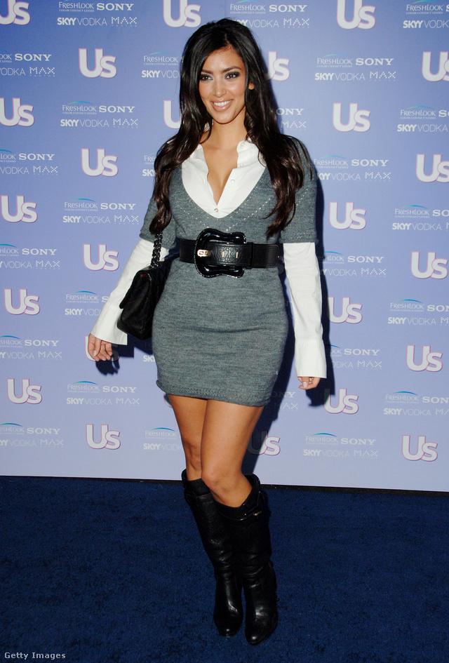 Kim Kardashian ilyen óriási csatos övvel dobta fel miniruháját és csizmáját 2006-ban. Ma sem száműzte teljesen gardróbjából az efféle kiegészítőket, csak napjainkban már nem birkózós trófeát teker a dereka köré, hanem fűzőt.