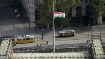 Egy tüntető nyakába varrták a Kossuth téri zászlórúd újrafestését