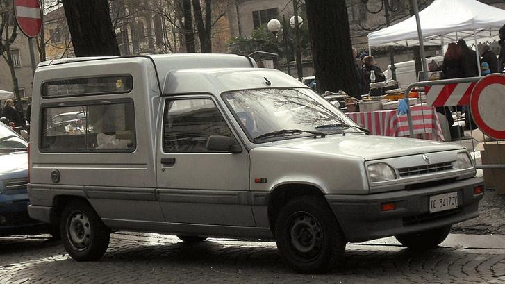 Kései Renault Express módosított hűtőmaszkkal. Mai szemmel otthontalan utasterű célszerszám, de találtam egy csábító darabot garázsból, és tudok egy gyári eredeti elektromos változatot eladót: igaz rossz inverterrel (a francia postának voltak olyanjai, ezért sárga)
