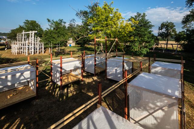"""""""Itt aludhattak, letehették csomagjaikat, az állataiknak is jutott tér a pihenésre. A karavánszerájt Szicíliában sok esetben már egy-egy létező torony köré állították fel, és ezt a szicíliai hagyományt követte a Falu Projekt (Project Village) csapata is, amikor egy korábbi építmény, a villa épülete körül elkezdett egy belső udvart kialakítani."""""""