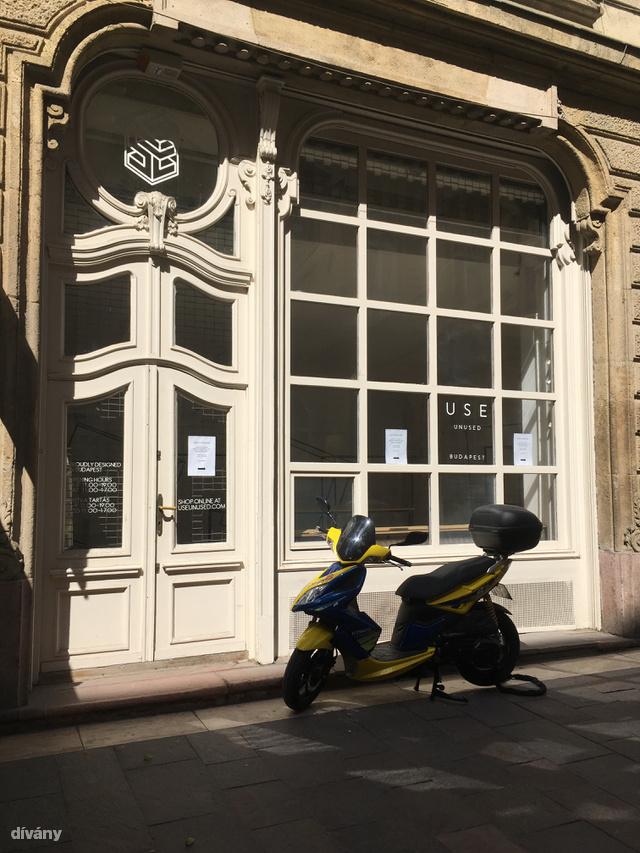 A showroom közelében található üzlet már bezárt, csak a berendezési tárgyak árválkodnak ott.