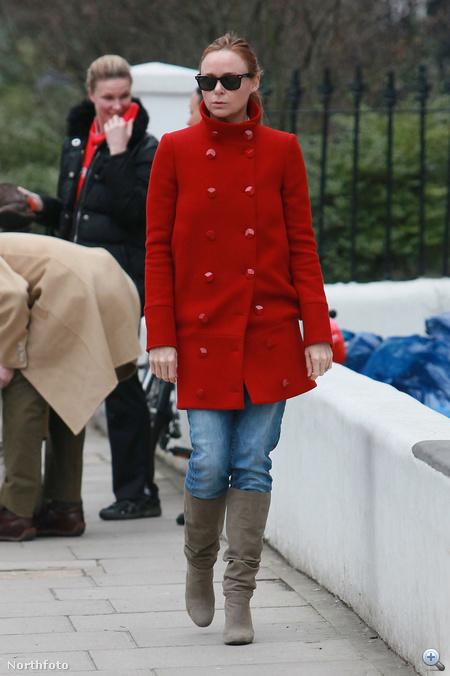 Stella McCartney maga is divattervező. Neki aztán végképp elhihetjük, hogy jó ötlet beruházni egy piros kabátra