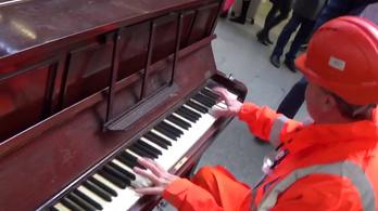 A vasúti forgalomirányító egy pályaudvari zongorán boogie-woogie-t játszik, kérjük, a vágány mellett bravózzanak