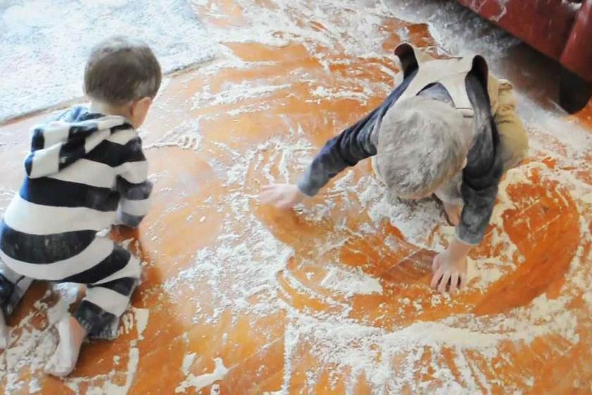 Mire visszanéztek rájuk, a gyerekek gondosan beterítették liszttel a szobát.
