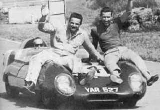 A kevés Fraserről (elöl jobbra) megmaradt fotó egyike. Mellette versenyzőtársa, Jay Chamberlain. Aki pedig a Lotust vezeti, maga Colin Chapman