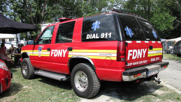 Hogy ez egy igazi New York-i tűzoltóautó-e, nem tudom, de minden benne volt, ami a villogó karácsonyfa vezérléséhez kellett. Komoly fénytechnika volt a kocsin