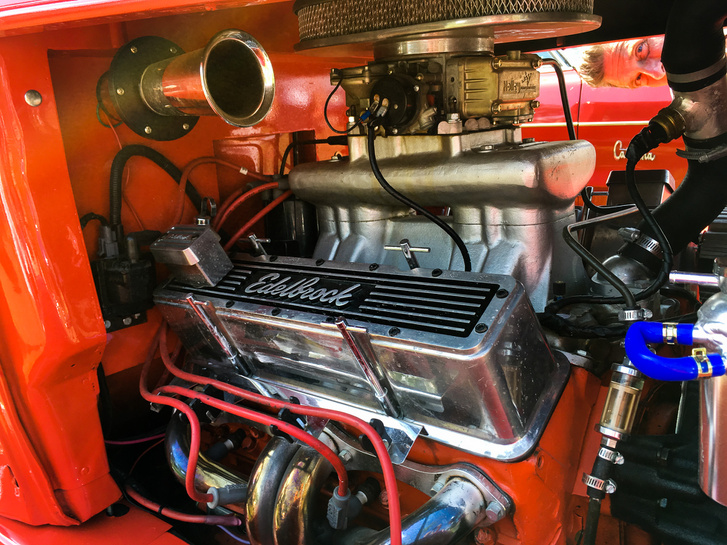 Az a jó az ilyen nyitott motorterekben, hogy egyszerre két oldalról is gyönyörködhetünk a Holley karburátorban, az Edelbrock szelepfedelekben, meg az összes többi alkatrészben