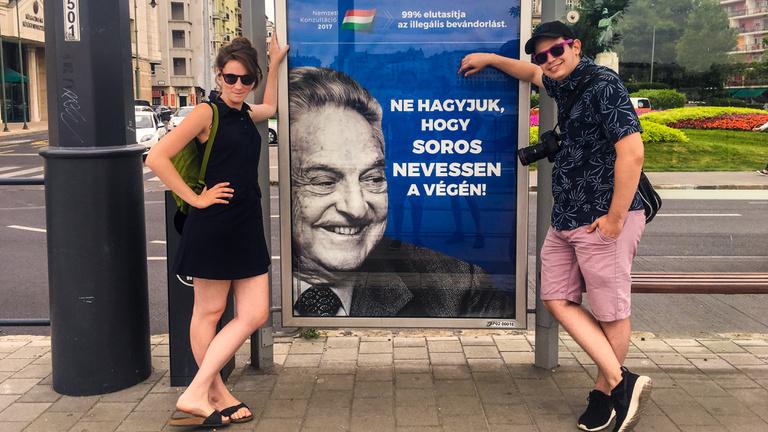 Helló, turista vagyok, mik ezek a plakátok?