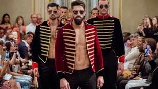 Haha, sujtásos dolmányban szexiznek a macsó párizsi modellek