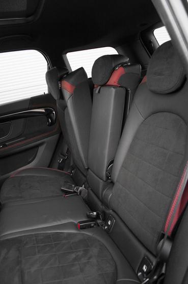 Három fokozatban állíthatók a hátsó üléstámlák