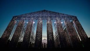 100.000 tiltott könyvből épített templomot egy argentin művész