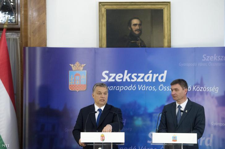 Orbán Viktor miniszterelnök és Ács Rezső polgármester sajtótájékoztatót tart a Modern városok program keretében kötött együttműködési megállapodás aláírása után Szekszárdon 2016. február 23-án