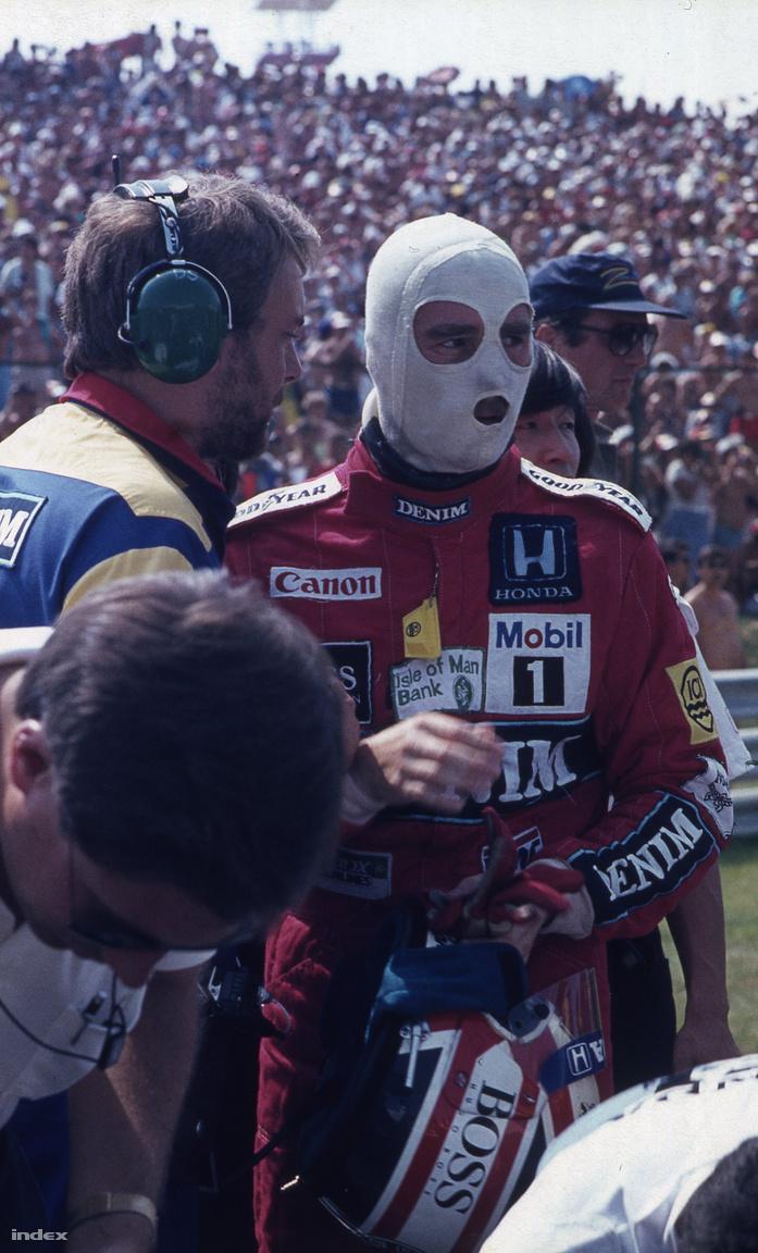 Mansell közvetlenül a rajt előtt. Jellegzetes volt a tűzálló fejvédője, csak a legfontosabb érzékszerveit hagyta szabadon.
