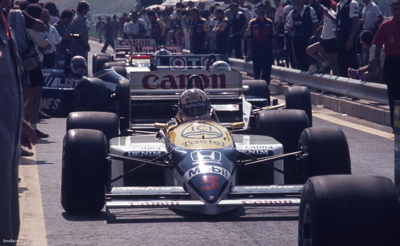 A 86-os Williams-Honda a mezőny legjobb autója volt, és már külsőre is majdnem teljesen olyan, mint a mostani gépek. A képen a Red 5, azaz Mansell és a Piros 5-ös autója látható.
