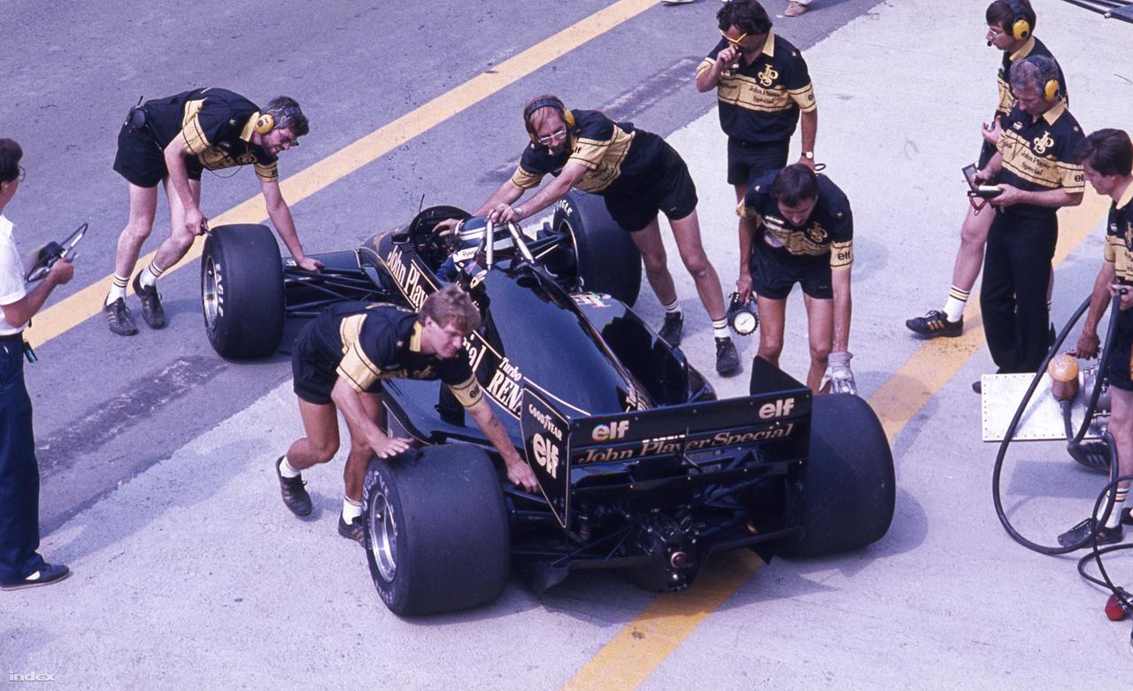 Senna fekete Lotusára mindenki emlékszik, de ki volt a csapattársa? Egy skót srác, Johnny Dumfries, azaz John Colum Crichton-Stuart márki, egy brit nemesi család sarja. Ha valaki, akkor ő tényleg nem a pénzért csinálta, és bár nem váltotta meg az F1-et, két évvel az első hungaroringi futam után megnyerte a Le Mans-i 24 órást. A 86-os Magyar GP-n nyolcadikként rajtolt, ötödik lett, két pontot szerzett.