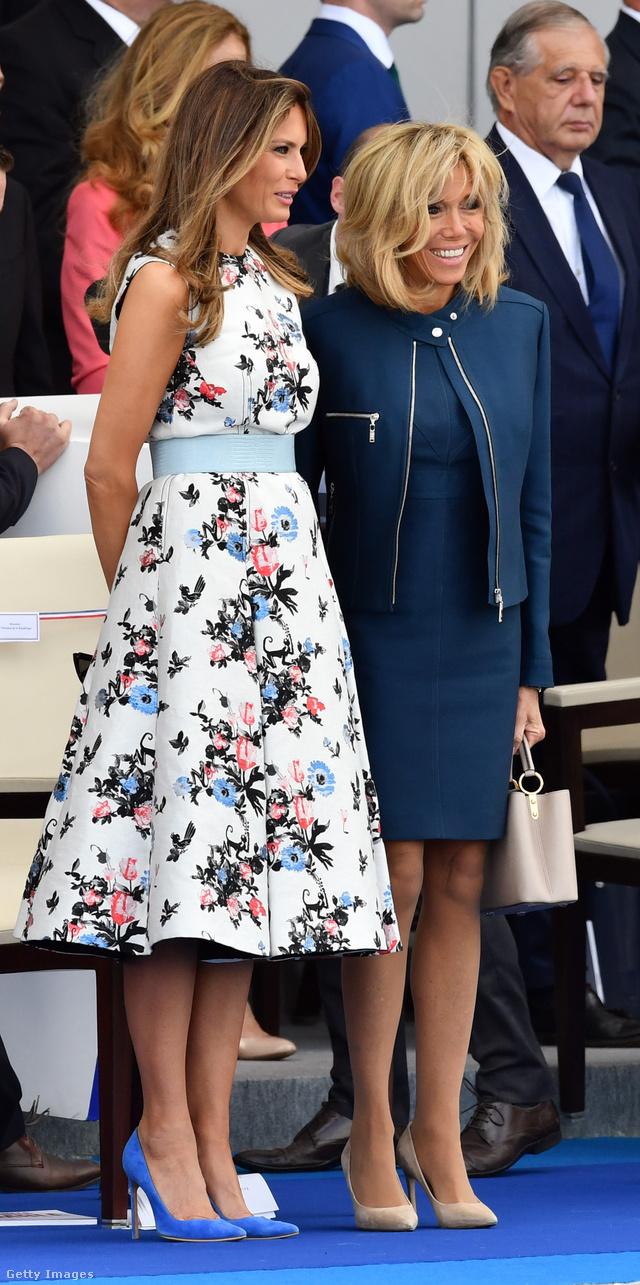 Trumpné virágos ruhában, Macronné sötétkékben és nude körömcipőben.