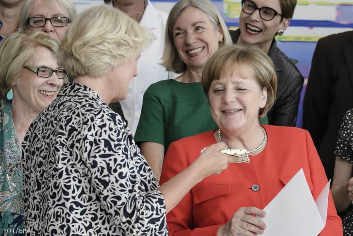 Monika Grütters kulturális államminiszter ajándékot nyújt át Angela Merkel német kancellárnak születésnapja alkalmából