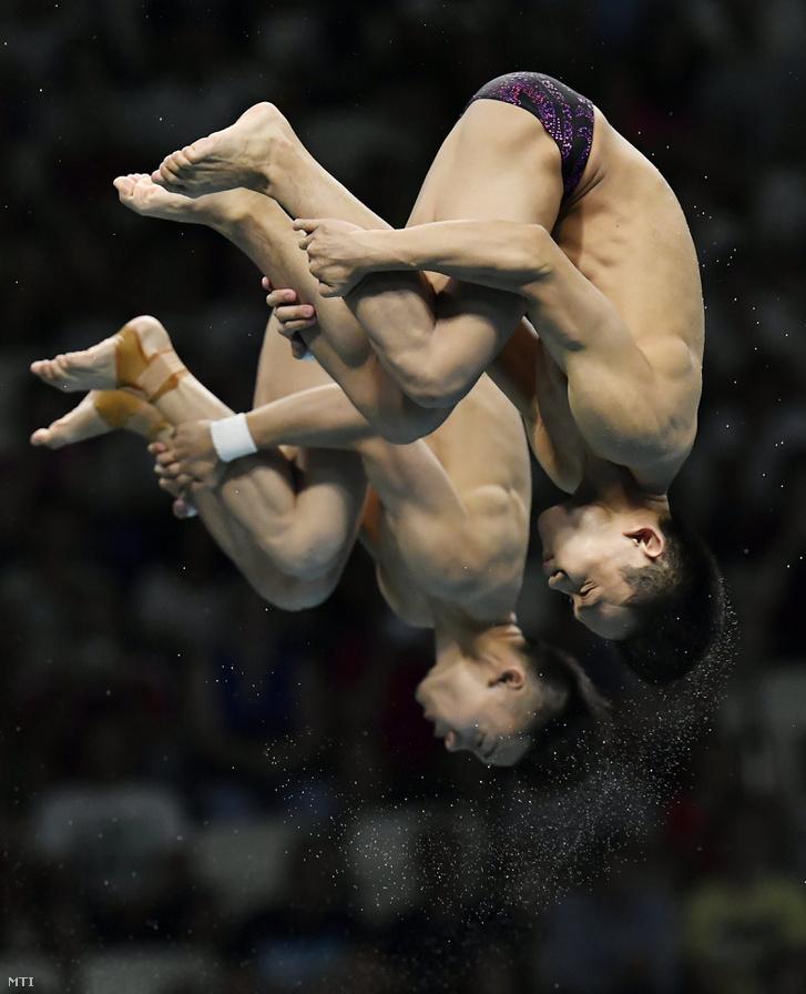 A kínai Csen Aj-szen, Jang Hao páros nyerte a férfi szinkrontoronyugrás döntőjét.