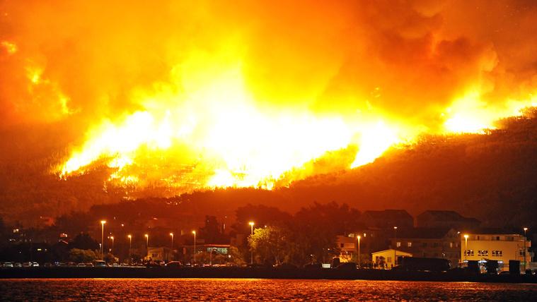 Emberfeletti küzdelemmel védték Splitet a lángoktól