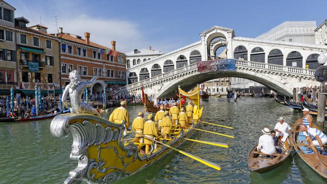 Grillpartik, körmenet és lóverseny szenvedéllyel – irány Itália!