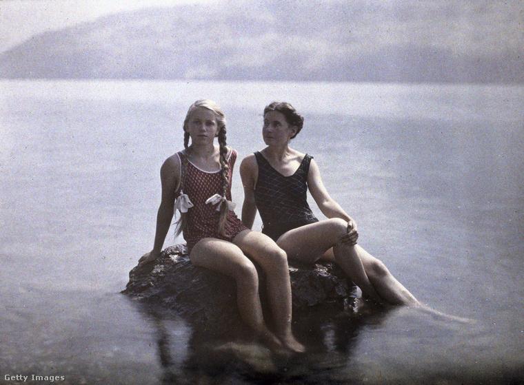 A feleségét Elise-nek hívták, úgy tudni, hogy vele4 hónapos nászútra ment.Ekkor szeretett bele a fotózásba is.