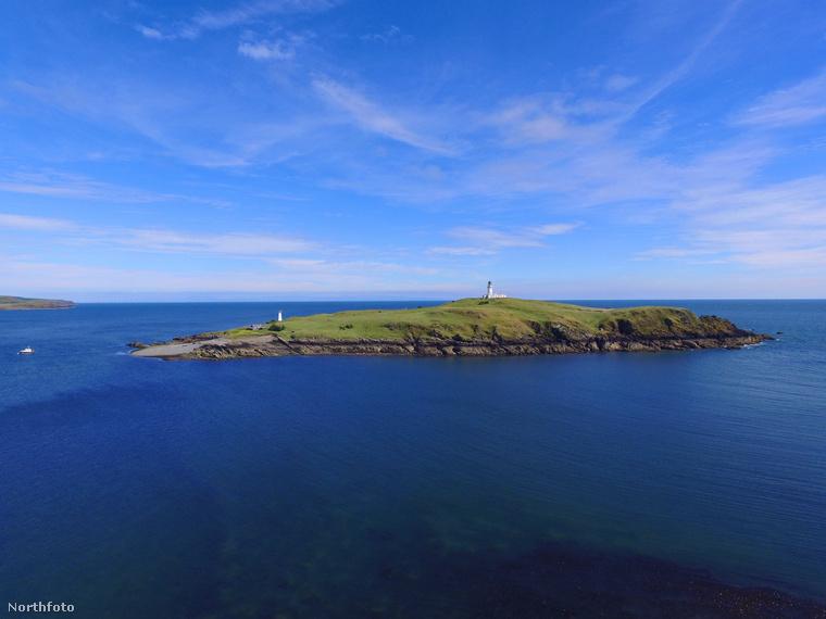 Skócia Dumfries és Galloway régiójában van egy tökéletesen kihalt, lakatlan sziget, a Little Ross Island, ami attól (is) érdekes, hogy most bárki megveheti, és lakhatja kedvére