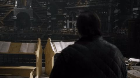 Samwell Tarly könyvtárjelenete a Trónok harca 7. évadából. A fantasy kitalált birodalmában, Westerosban ugyanúgy leláncolják a könyveket, mint ahogy azt a középkorban tették.