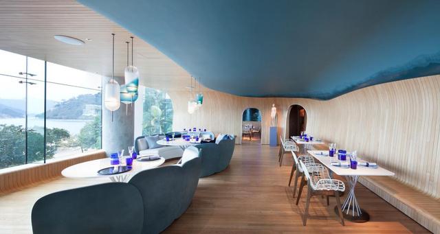 A stockholmi, párizsi és hongkongi irodával is rendelkező A Work of Substance tervezte Hongkong egyik legújabb menő éttermét, a tengerparti öbölre néző The Oceant. A korallzátonyokkal harmonizáló étterem kiváló példa rá, hogy mennyire jól mutat a kék a belső térben.