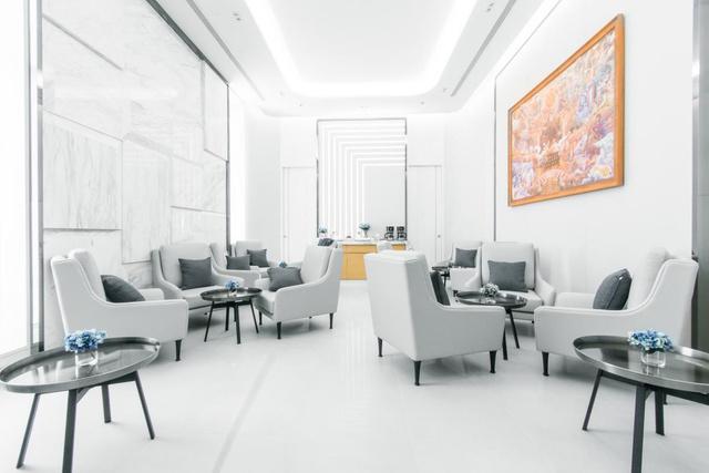 A thaiföldi Pattaya városában található D Luck szupermozi kávézójában is megjelennek a szürke és ezüstös árnyalatok. A dizájnért az Arken felelt, a projekt pedig közterület kategóriában bezsebelt már egy ezüst díjat is az idei SIDA-n (Singapore Interior Design Awards).