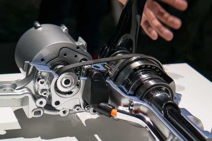 A futóműemelgető motor egy kis fogazott szíjjal húzza a tengelyt