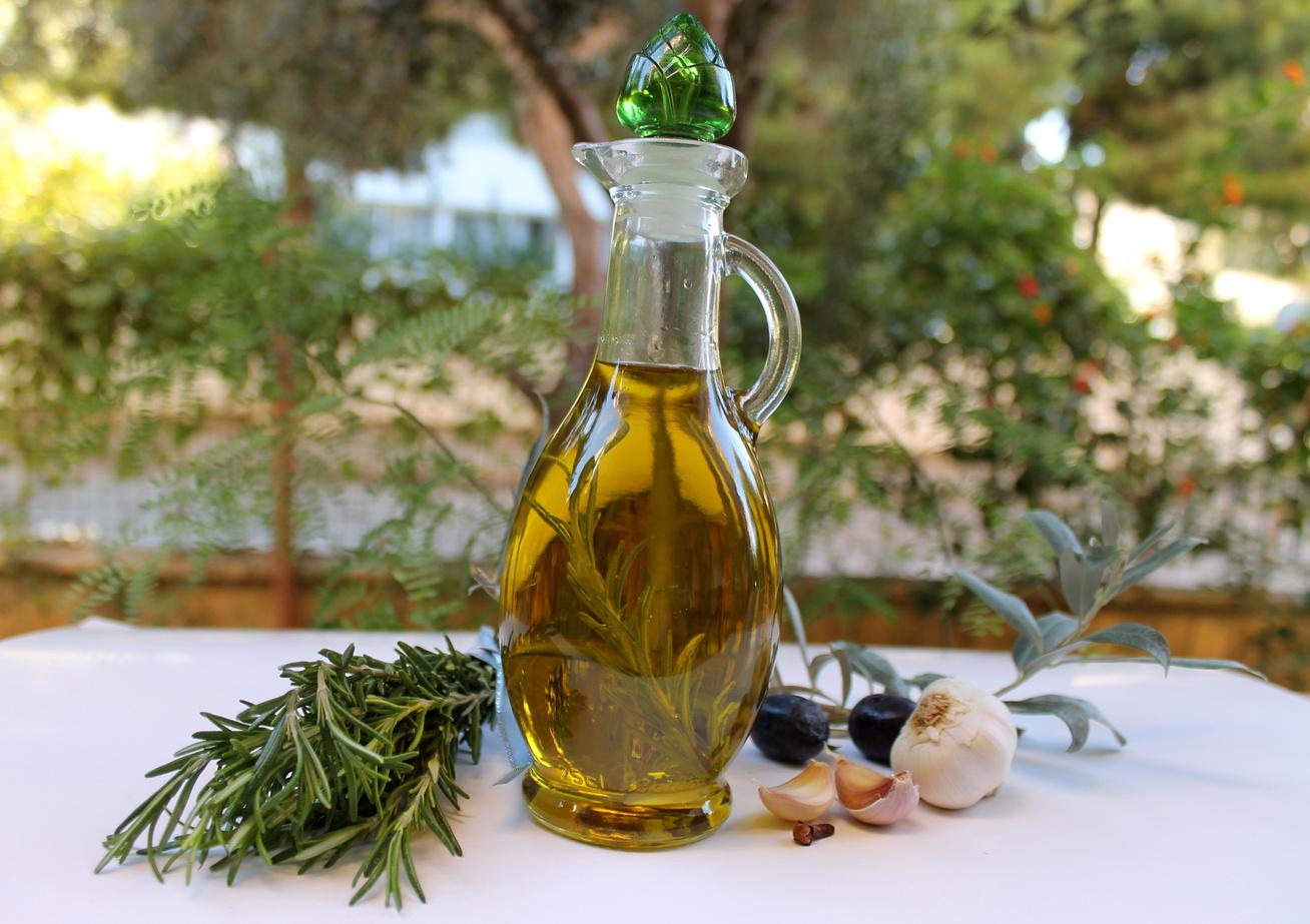 Zamatos fokhagymás-rozmaringos fűszerolaj házilag - Remek ízesítő, mutatós ajándék