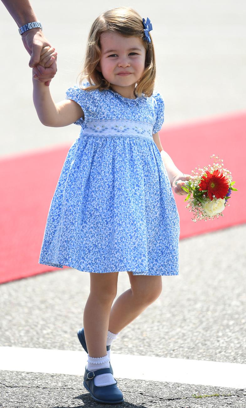 Hát így érkezett meg Sarolta Németországba és bizonyította be, hogy ő már most vérbeli hercegnő.Viszlát!