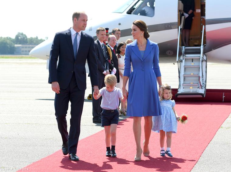 Ám bátyjával ellentétben - aki még nem tud parancsolni a grimaszainak - a kislány nagyon gyorsan felvette a királyi arckifejezést.