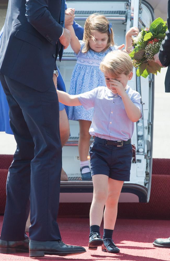 György herceg sem volt frissebb, mikor leszállt a gépről.