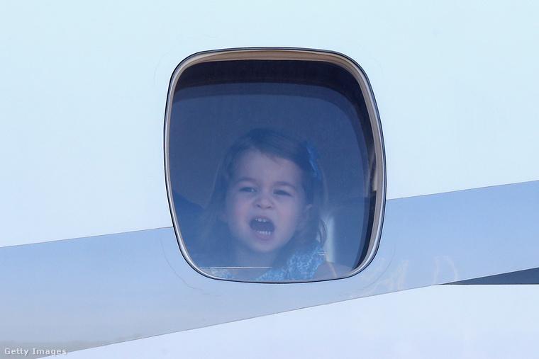 Katalin, Vilmos és a gyerekek szerdán megérkeztek európai turnéjuk második állomására, Németországba, Sarolta hercegnő például így.