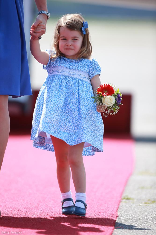 Igen, ő már ennyi idősen tudja, hogy kell hercegnősködni...