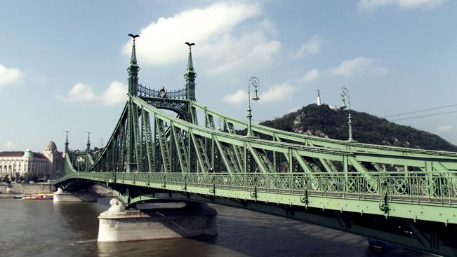 A Szabadság híd alól indul az első nagy Duna-átúszás