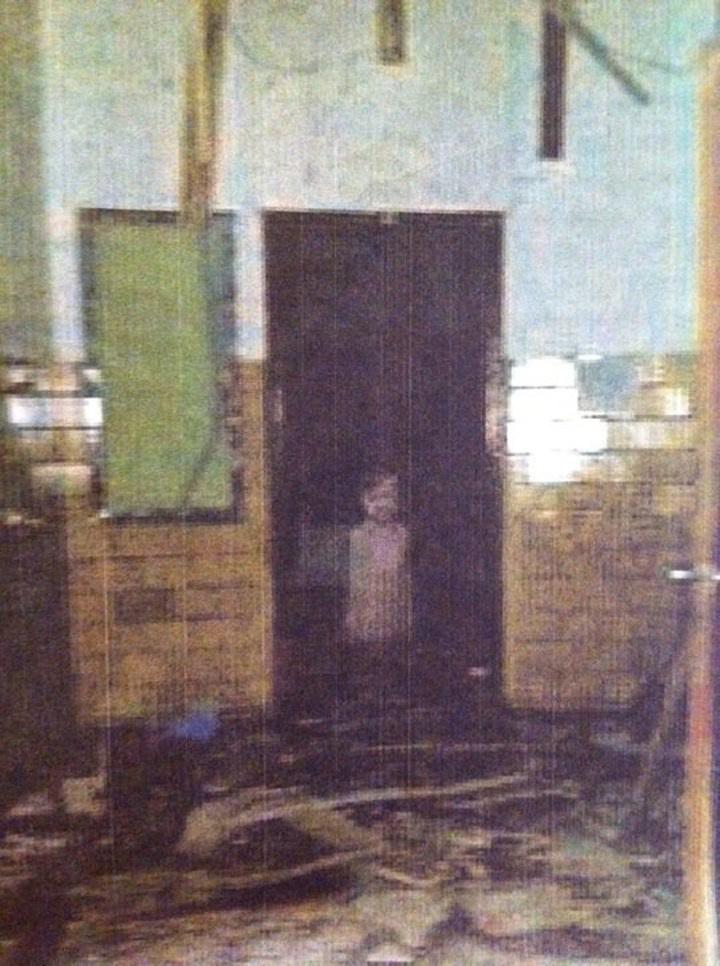 Egy fickó egy meg nem nevezett kisváros általános iskolájának romjai között fotózva kapott le egy oda nem illő dolgot. Az ajtóban tébláboló alakot, amit élénk fantáziával akár egy kisfiú szellemének is lehet nézni.