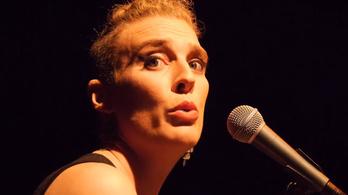 Holtan esett össze a színpadon a francia énekesnő
