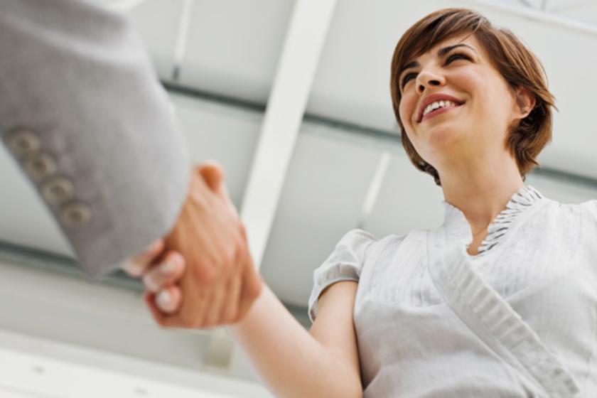 Nem mindegy, ki köszön először: a férfiaknak kell ugyanis üdvözölniük a nőket, a fiatalabbnak az idősebbet és a beosztottnak a főnököt.