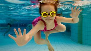 Gyerekkísérlet: úszni tanul a 4 éves