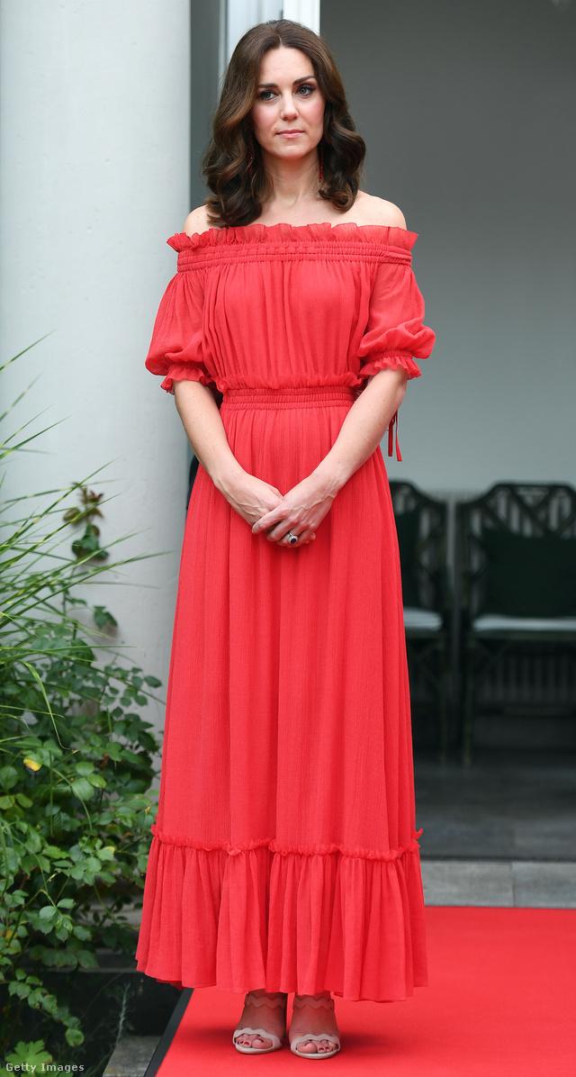 Vállvillantós Alexander McQueen maxiruha a brit nagykövet berlini rezidenciáján.