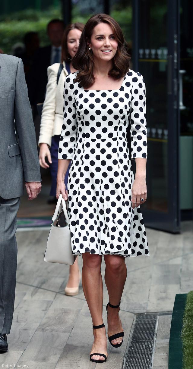 Pöttyös Dolce & Gabbana ruha és fehér Victoria Beckham táska Wimbledonban.