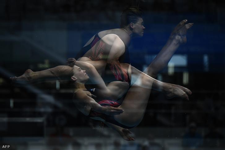 Multiexpozíciós képen ugrik a vízbe a brit Grace Reid a 3 méteres műugrás döntőjében.