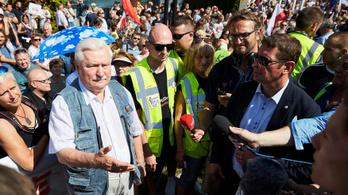 Lech Walesa a lengyel demokrácia megvédésére biztatta a tüntetőket