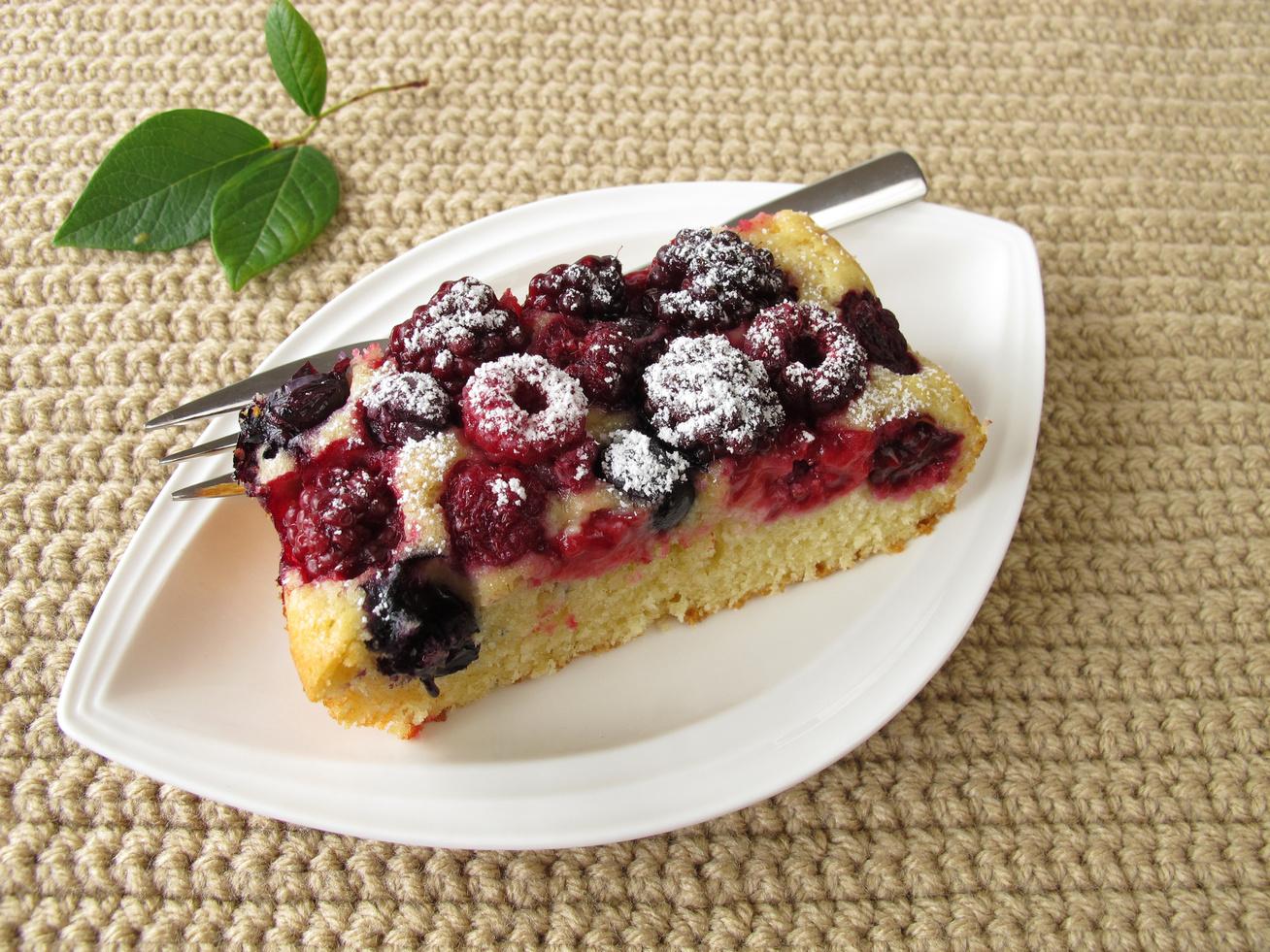 Joghurtos kevert süti bogyós gyümölcsökkel - Gyors, kiadós és napokig omlós