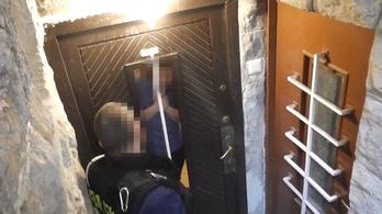 Rendőrök hurcolták intézetbe a gyerekeket